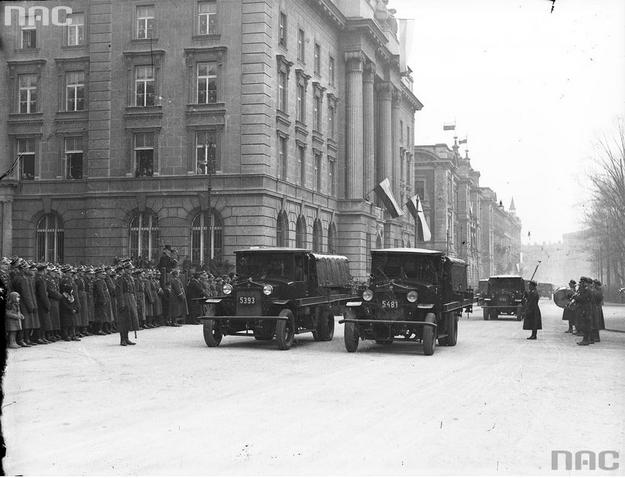 Defilada wojskowa na ulicach Krakowa. Widoczne ciężarówki Ursus A /Ze zbiorów Narodowego Archiwum Cyfrowego
