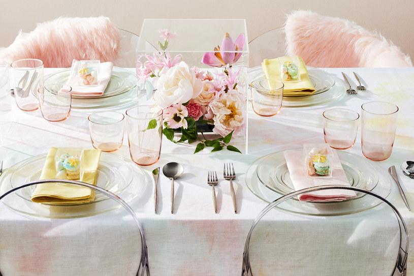Dekoracją stołu niech będzie prosta elegancja kwiatów i delikatny szept kolorów /The New York Times Syndicate