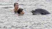 Delfin w Kanale Kilońskim. Psoci z pływakami i pozuje do zdjęć