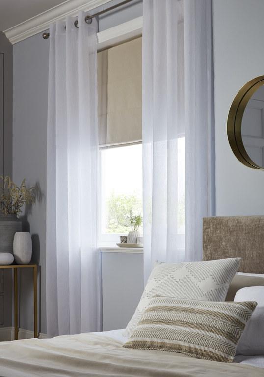 Delikatne, białe firany GoodHome yena sprawią, że w naszej sypialni z przyjemnością będziemy mogli się odprężyć i zregenerować siły. /mat.prasowe /materiały prasowe