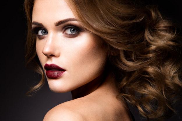 Delikatnie zaakcentowane oczy i wyraziste usta. Kwintesencja francuskiego makijażu /123/RF PICSEL