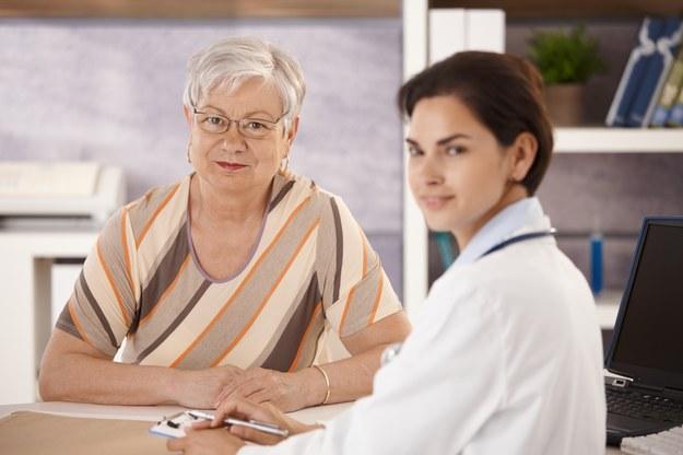 Demencja częściej występuje u osób ze zmiennym ciśnieniem krwi /StockLite /© Glowimages