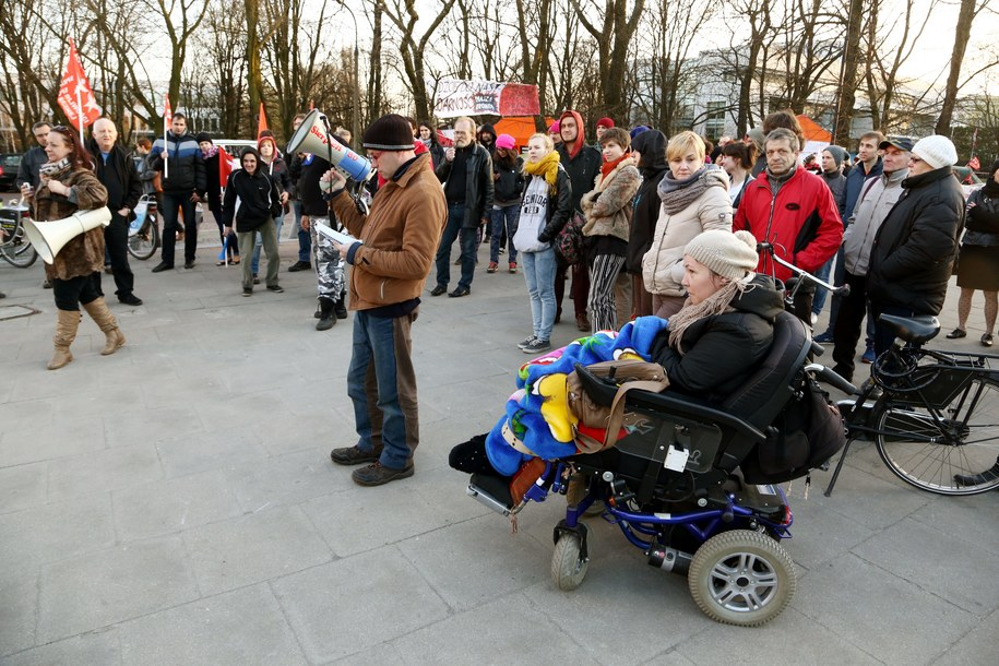 Demonstracja opiekunów niepełnosprawnych przed Sejmem w kwietniu zeszłego roku /Tomasz Gzell /PAP