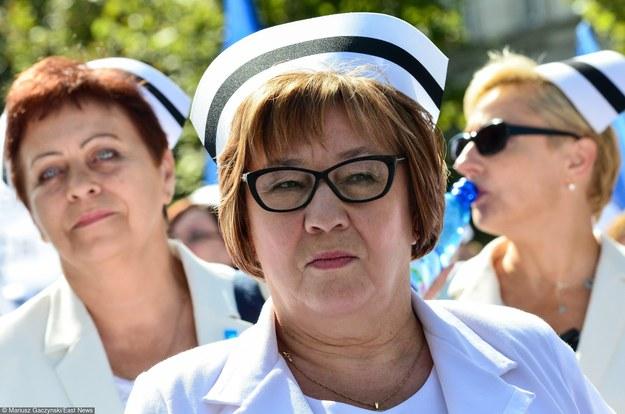 Demonstracja pielęgniarek z OZZPiP. W środku Lucyna Dargiewicz, przewodnicząca OZZPiP /Mariusz Gaczyński /Super Express
