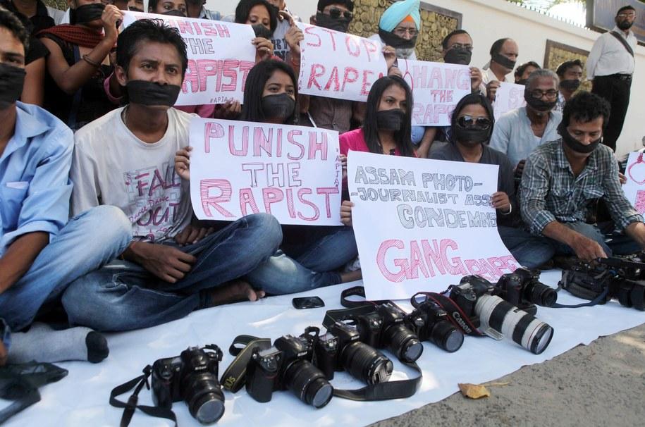 Demonstracja w Indiach potepiająca gwałt /STRINGER /PAP/EPA