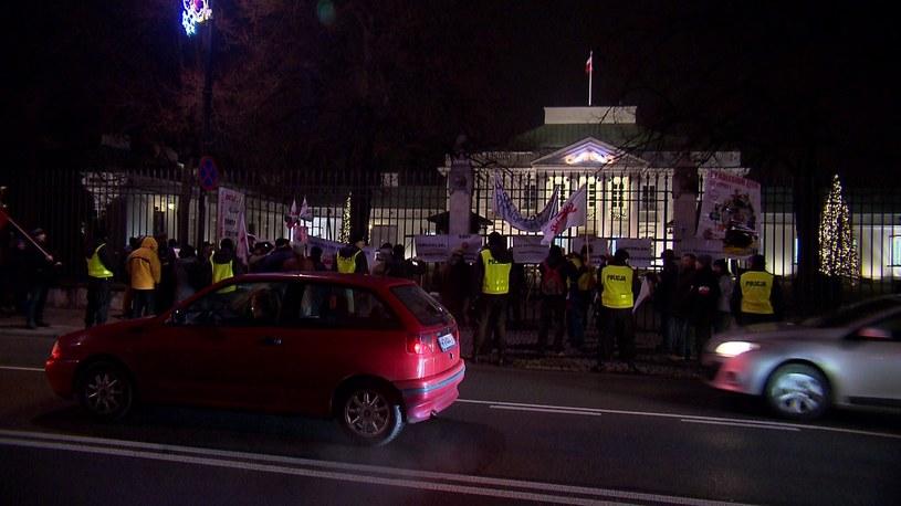 Demonstranci przed Belwederem /TVN24/x-news