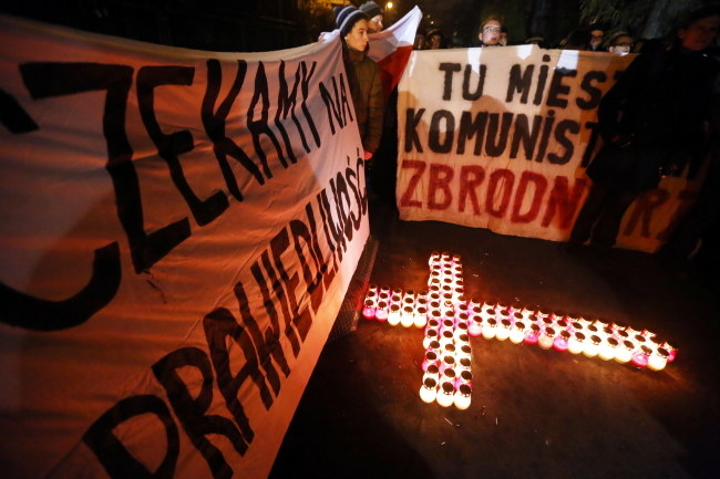 Demonstrujący ułożyli przed domem generała krzyż z kilkudziesięciu płonących zniczy /Tomasz Gzell /PAP