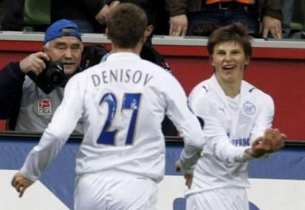 Denisow biegnie z gratulacjami do Arszawina. Bayer-Zenit 1:4 /AFP
