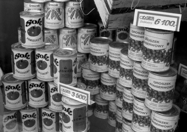 Warszawa, 1993, produkty żywnościowe na wystawie sklepowej