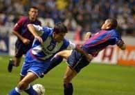Deportivo - Barcelona 2:1. Na boisku walczą Roy Makaay i Michael Reiziger