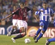 Deportivo - Milan 0:4. Rivaldo (z lewej) atakowany przez Mauro Silvę
