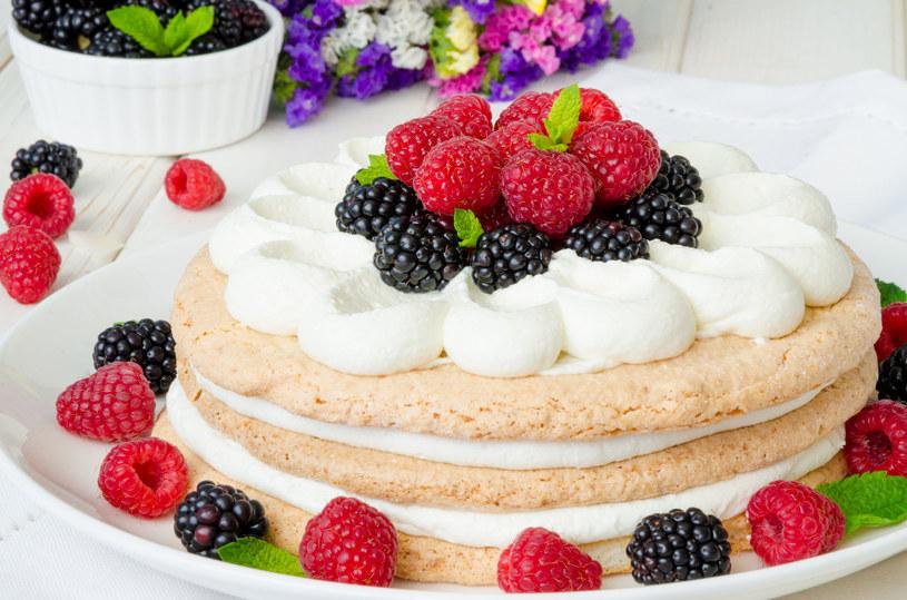 Deser z owocami leśnymi /©123RF/PICSEL