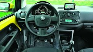 Deska rozdzielcza ma proste kształty, ale jest przejrzysta i dobrze zmontowana. Klimatyzacja w podstawowej wersji Active kosztuje 3500 zł, w droższych Ambition i Elegance jest seryjna. /Motor