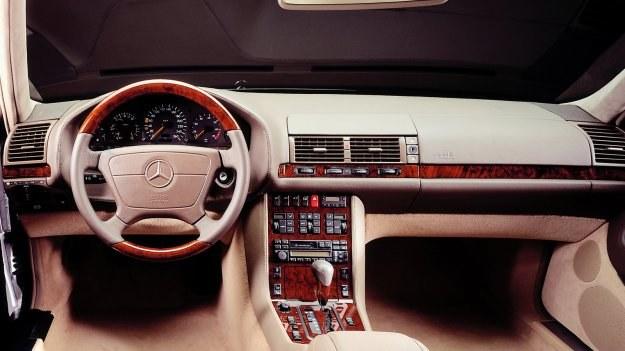 Deska rozdzielcza Mercedesa klasy S (W140) - wersja po liftingu z 1994 r. /Mercedes