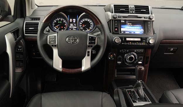 Deska rozdzielcza – taka jak auto: potężna. Jakość wykonania jest dobra, a obsługa prosta. /Motor