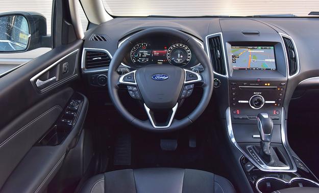 Deska rozdzielcza to mieszanina miękkich i twardych tworzyw. Jakość jest dobra, a obsługa – bez większych uwag. Mnóstwo miejsca na drobiazgi. Multimedia Forda nie należą do najlepszych. /Motor