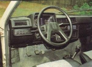 Deska rozdzielcza z minionej epoki, do tego niestarannie wykonana. Nie udało się nawet, by jej elementy były w tym samym kolorze. /Motor