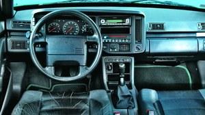 Deska rozdzielcza została opracowana specjalnie dla tego modelu, ale wykorzystuje elementy z popularnej serii 400. /Motor