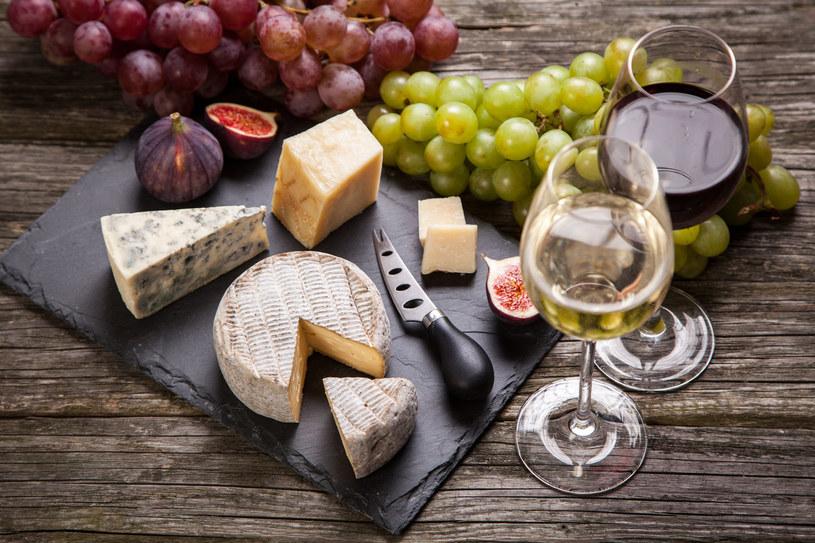 Deska serów zawsze sprawdza się podczas imprez /©123RF/PICSEL