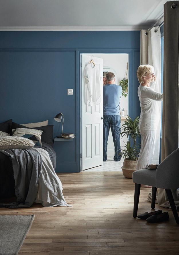 Deski podłogowe lite visby marki GoodHome nadadzą sypialni ciepły, przytulny klimat. /mat.prasowe /materiały prasowe