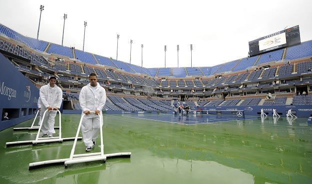 Deszcz przeszkodził tenisistom walczącym o zwycięstwo w US Open /PAP/EPA