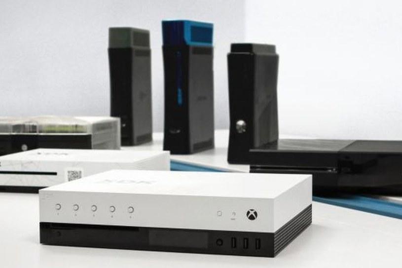 Dev kit konsoli Project Scorpio na tyle pozostałych konsol - zdjęcie: Gamasutra.com /materiały źródłowe