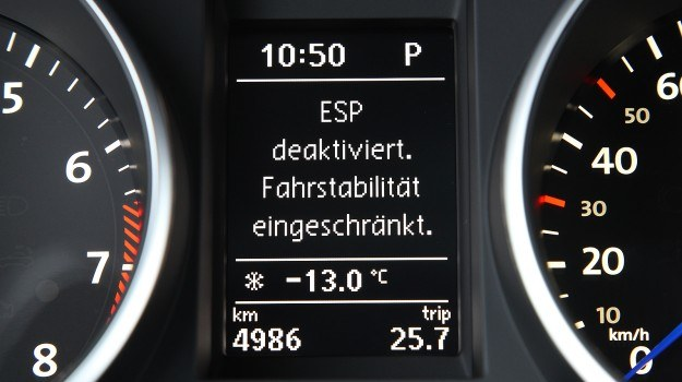 """Dezaktywacja ESP lub systemu kontroli trackji opłaca się, gdy musimy """"rozbujać"""" auto ruszając do przodu i do tyłu np. po zakopaniu w śniegu. /Volkswagen"""