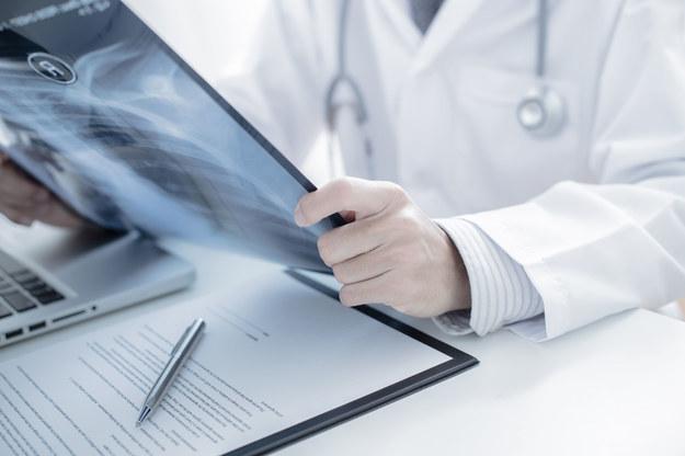 Diagnostyka tej dolegliwości następuje podczas badania kręgosłupa /123/RF PICSEL