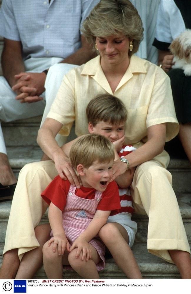 Diana towarzyszyła synom na co dzień. Karol rzadko, najczęściej podczas oficjalnych okoliczności /East News