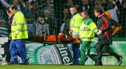 Dida opuszcza murawę na noszach podczas meczu w Glasgow /AFP