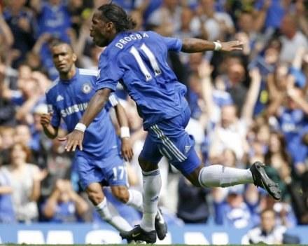 Didier Drogba cieszy się z gola z rzutu wolnego /AFP