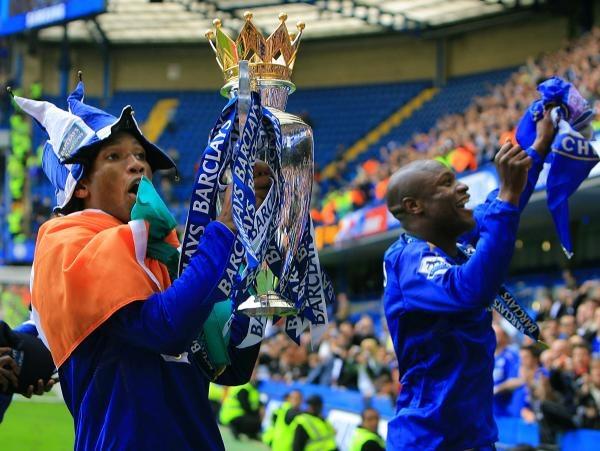 Didier Drogba i William Gallas świętują mistrzostwo Anglii /AFP