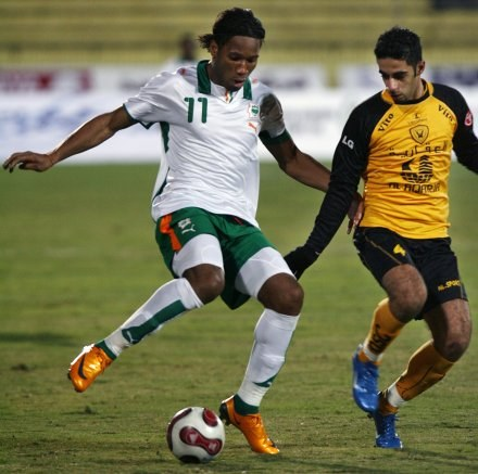 Didier Drogba w sparingu WKS z kuwejckim Al-Qadissiya . /AFP