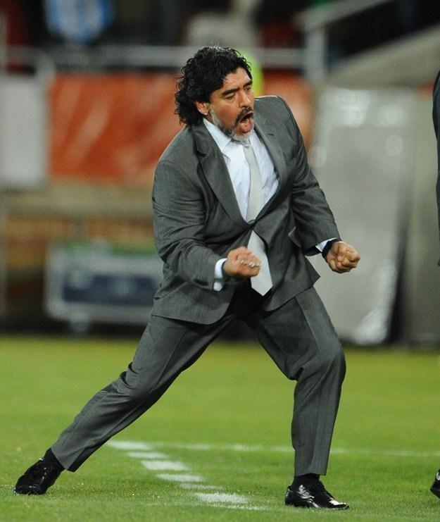 Diego Armando Maradona cieszy się podczas meczu Argentyna - Grecja na MŚ w RPA. /AFP