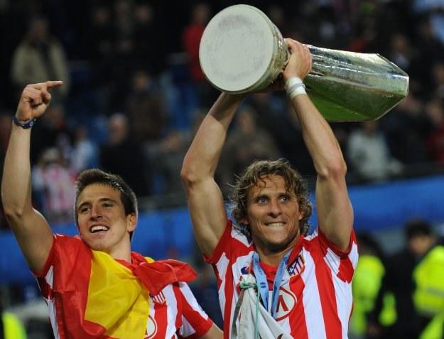 Diego Forlan z trofeum za triumf w Lidze Europejskiej /AFP