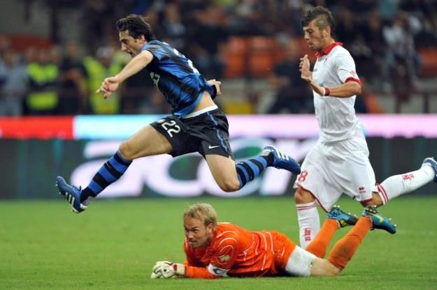 Diego Milito pokonał bramkarza Bari /AFP
