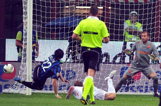 Diego Milito strzela na bramkę Romy, Bogdan Lobont wzrokiem odprowadza piłkę /AFP