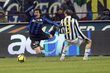 Diego Milito (z lewej) i Giorgio Chiellini. /AFP