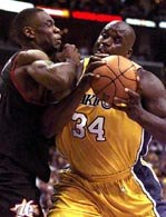 Dikembe Mutombo (tu w starciu z O`Nealem) będzie dalej grał dla 76ers