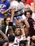 Dikembe Mutombo w pocie czoła zapracował na trofeum za mistrzostwo Wschodu