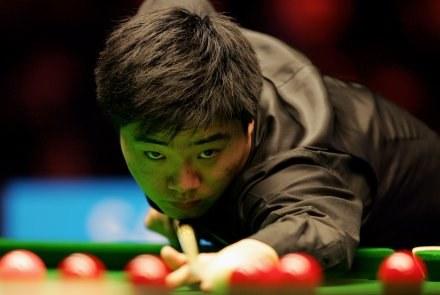 Ding Junhui jest faworytem w spotkaniu z Markiem Davisem/fot. Julian Finney, Getty Images /