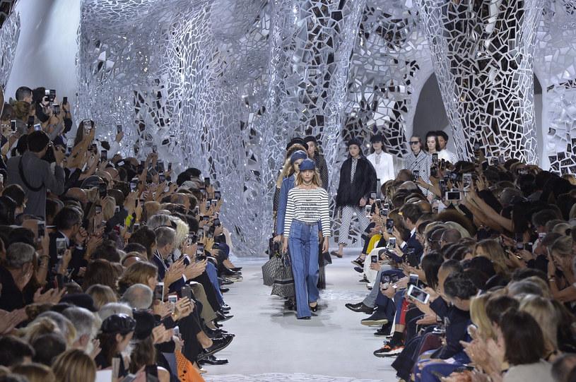 Dior zbudował grotę w stylu awangardowej rzeźbiarki Niki de Saint Phalle /Getty Images