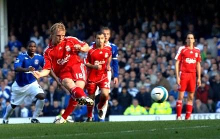 Dirk Kuyt nie mylił się na Goodison Park, strzelając rzuty karne. Everton-Liverpool 1:2 /AFP