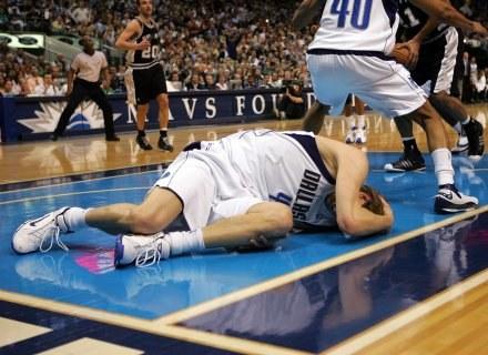 Dirk Nowitzki zwija się z bólu /AFP