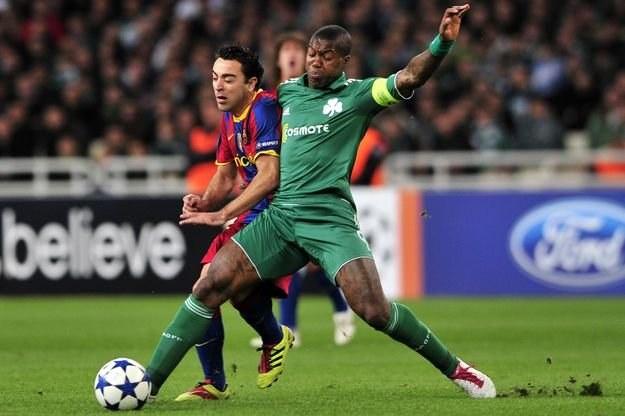 Djibril Cisse (w zielonym stroju) w walce z Xavim Barcelony /AFP