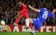 Djribril Cisse strzela na bramkę Chelsea /AFP