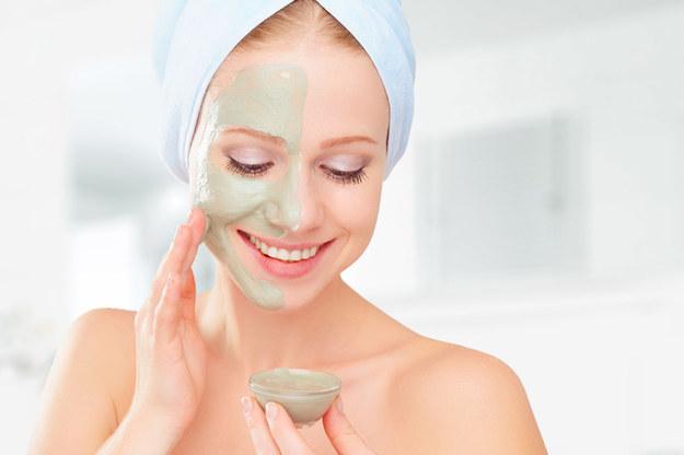 Dla bardzo wielu osób impulsem do zainteresowania się naturalnymi, samodzielnie wykonywanymi kosmetykami są najróżniejsze problemy skórne /©123RF/PICSEL