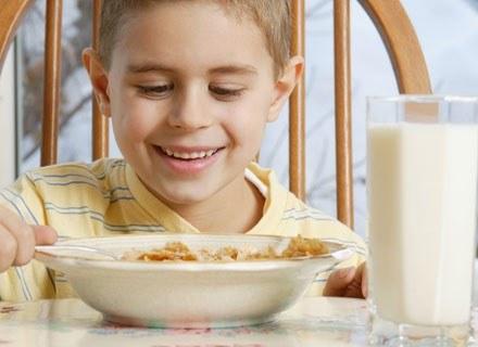 Dla dziecka, które intensywnie się rozwija, mleko jest najwartościowszym posiłkiem /ThetaXstock
