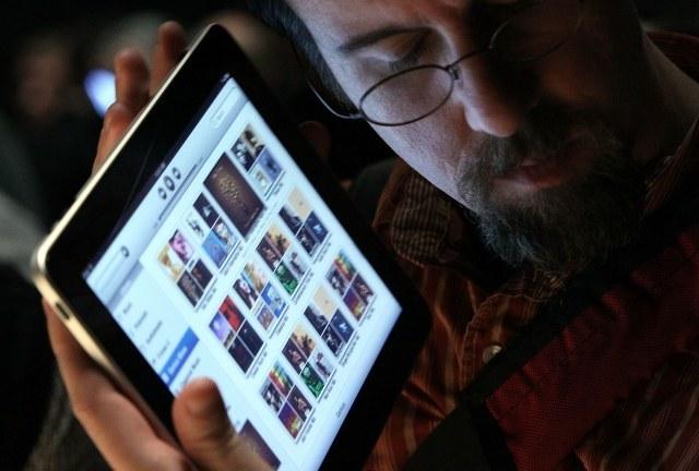Dla niektórych to coś więcej niż tablet... /AFP