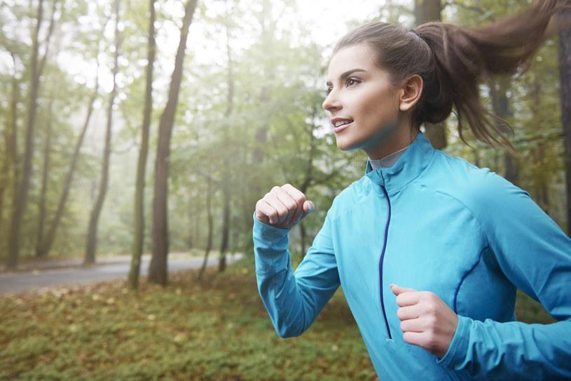 Dla osoby o prawidłowej masie cała, bieg na 5 km jest całkowicie bezpieczny dla stawów /©123RF/PICSEL